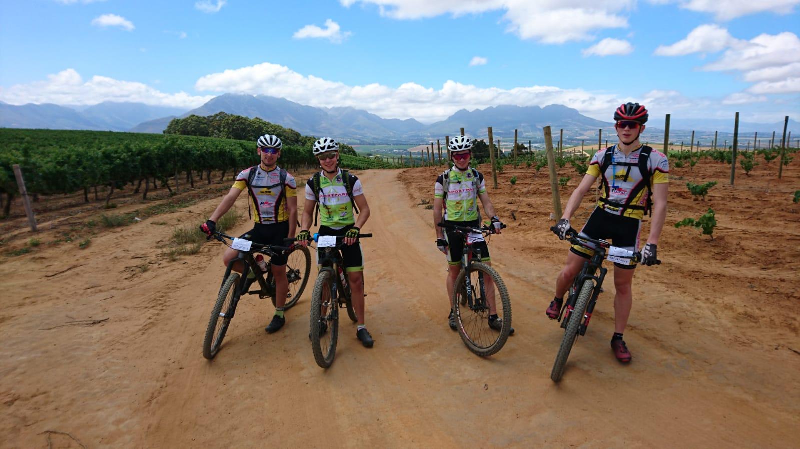 Junge Mountainbiker in Südafrika