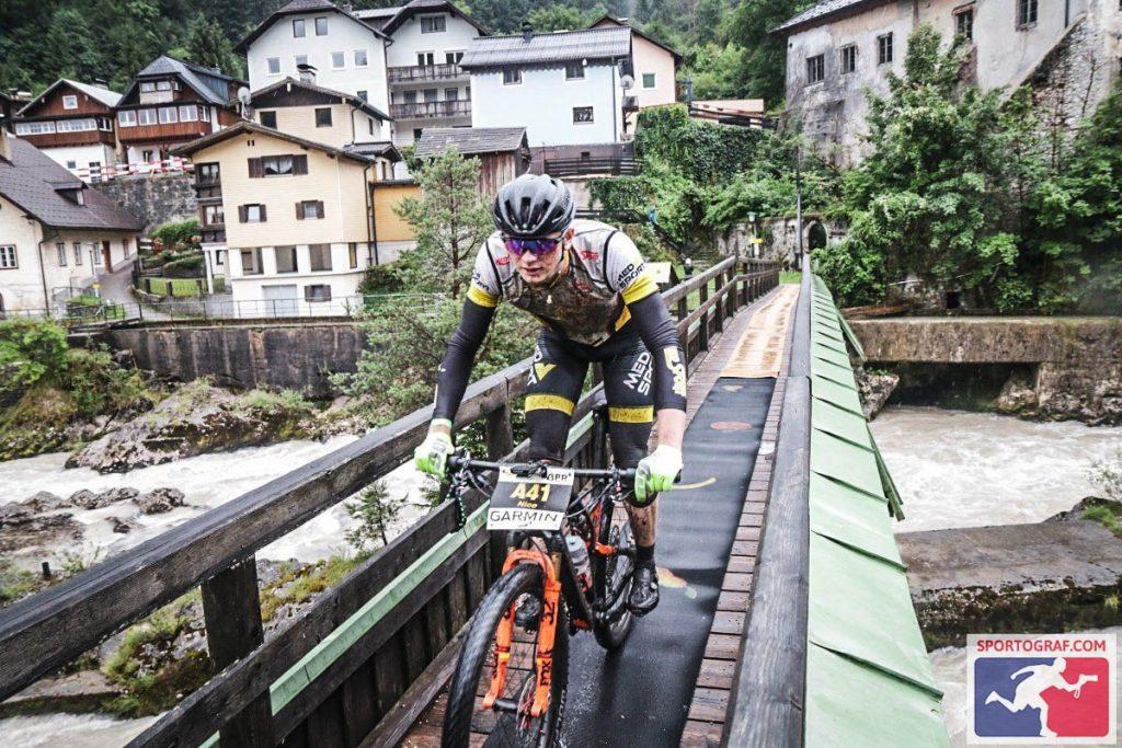 Nico Bortscheller, Salzkammergut Mountainbike Trophy 2021, Überquerung der mittlerweile stark angeschwollenen Traun in Badg