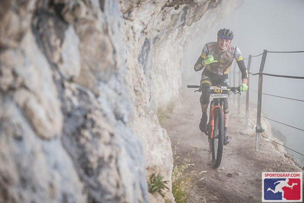 Nico Bortscheller, Salzkammergut Mountainbike Trophy 2021, zweite Runde über die Ewige Wand bei starkem Nebel, aber dafür guter Stimmung